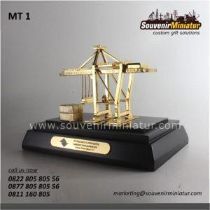 souvenir miniatur crane pt pelindo